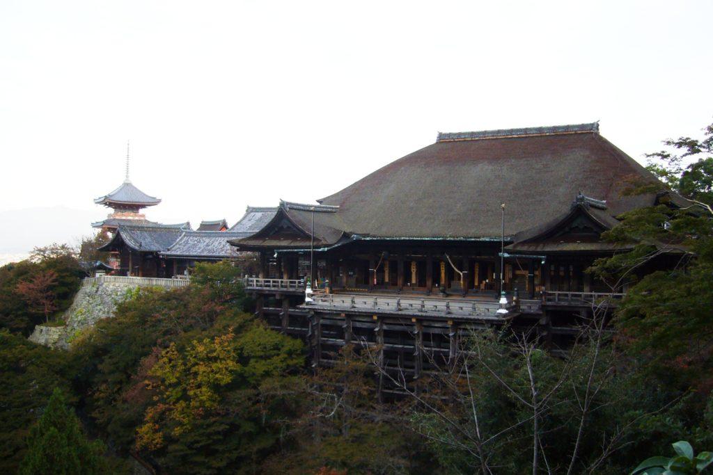 京都市東山区にある清水寺の本堂 (清水の舞台)(秋・11月)