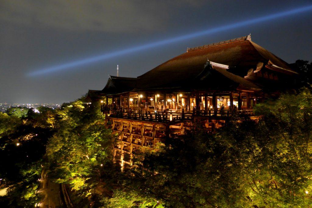 京都市東山区にある清水寺の本堂 (清水の舞台)(ライトアップ)(秋・10月)