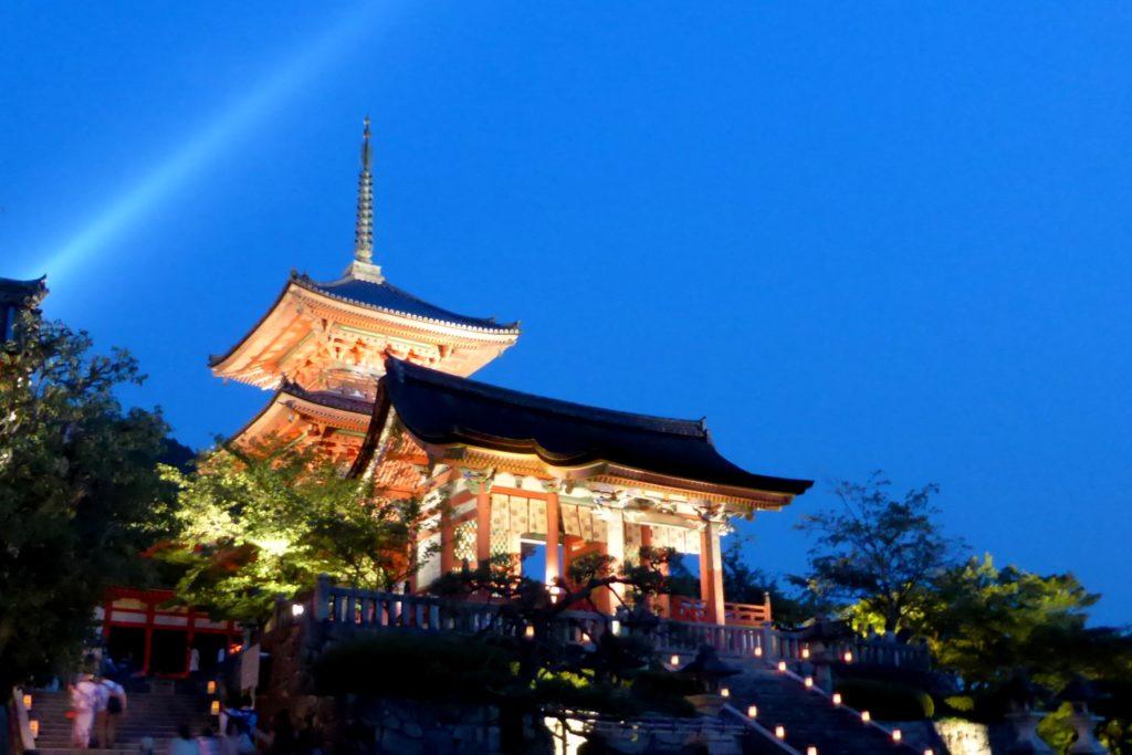 京都市東山区にある清水寺の-仁王門と三重塔(ライトアップ)(夏・8月)