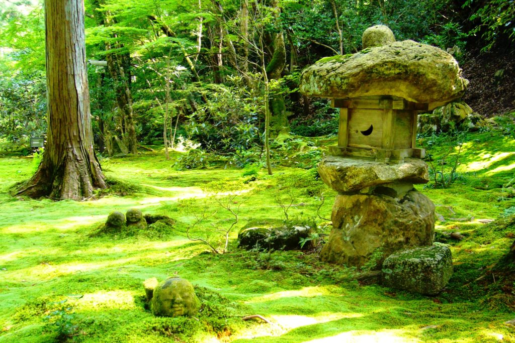 京都市左京区大原にある三千院の有清園の苔庭とわらべ地蔵(夏・7月)