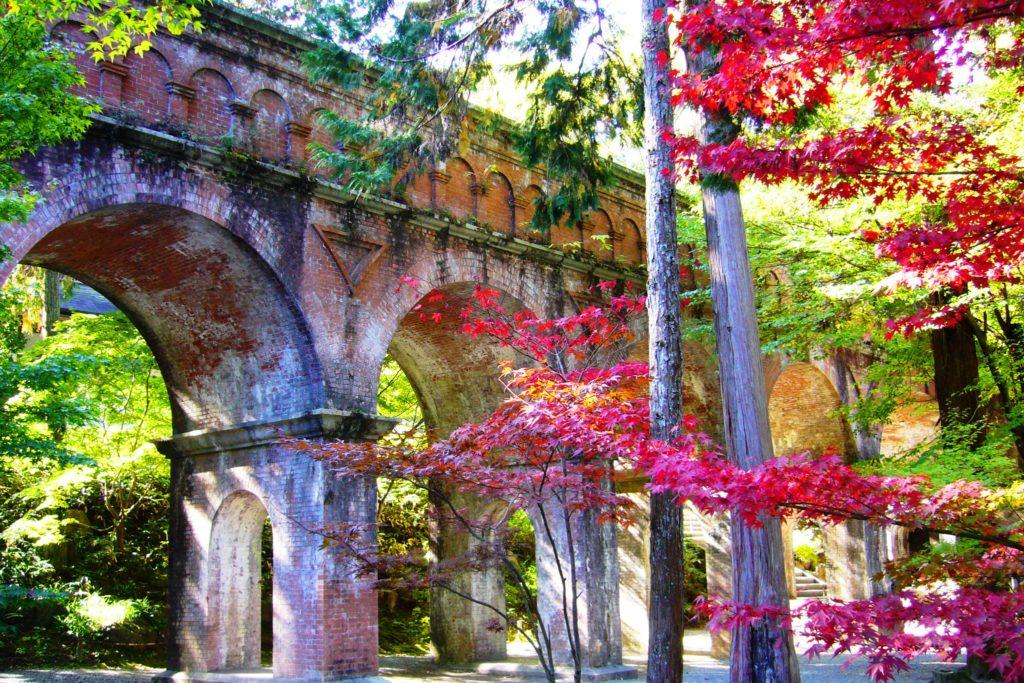 京都市左京区にある南禅寺の水路閣と紅葉(秋・11月)