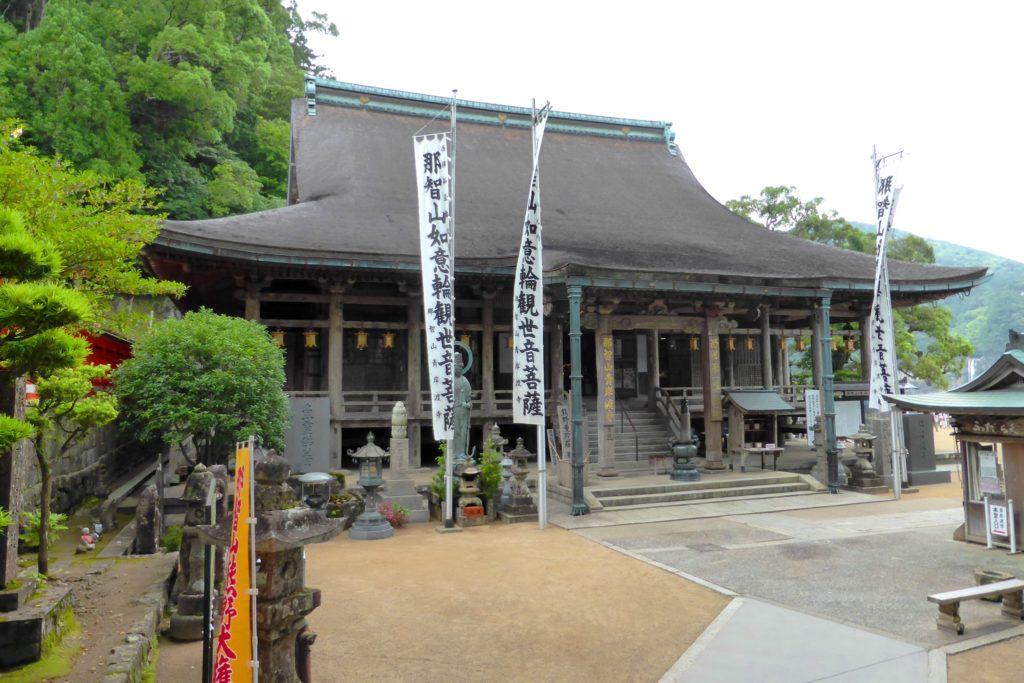 和歌山県東牟婁郡那智勝浦町にある青岸渡寺の本堂(夏・6月)
