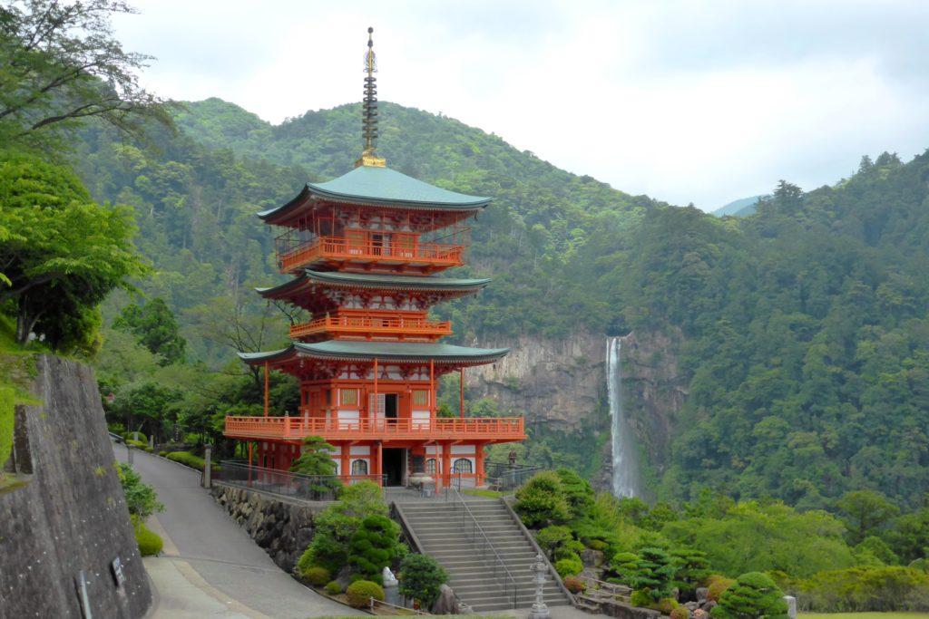 和歌山県東牟婁郡那智勝浦町にある青岸渡寺の三重塔と那智の滝(夏・6月)