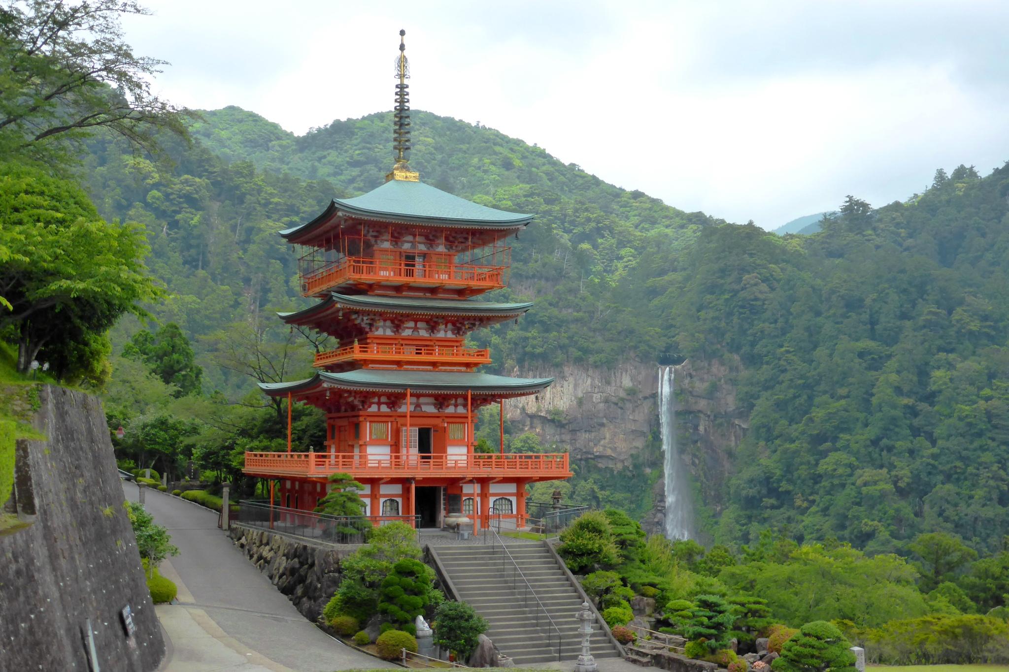 和歌山県東牟婁郡那智勝浦町にある青岸渡寺の三重塔と那智の滝
