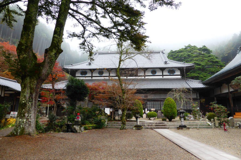 兵庫県丹波市にある円通寺の本堂(秋・11月)