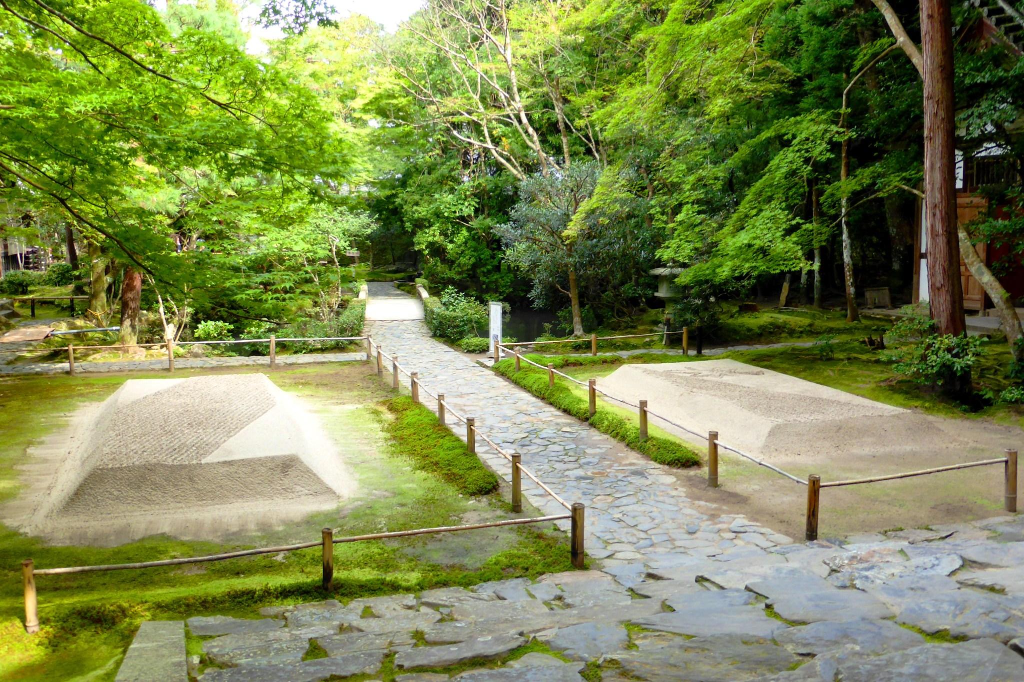 京都市左京区にある法然院の境内