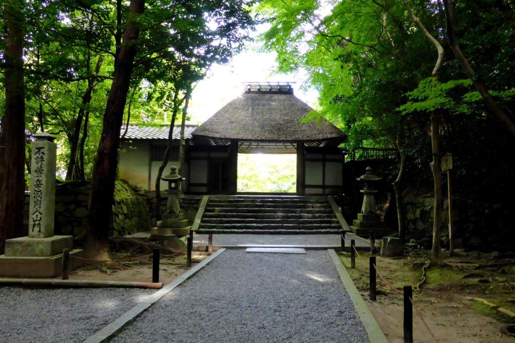 京都市左京区にある法然院の山門(秋・10月)