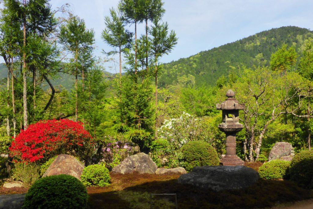 京都市左京区大原にある実光院の庭園(春・4月)