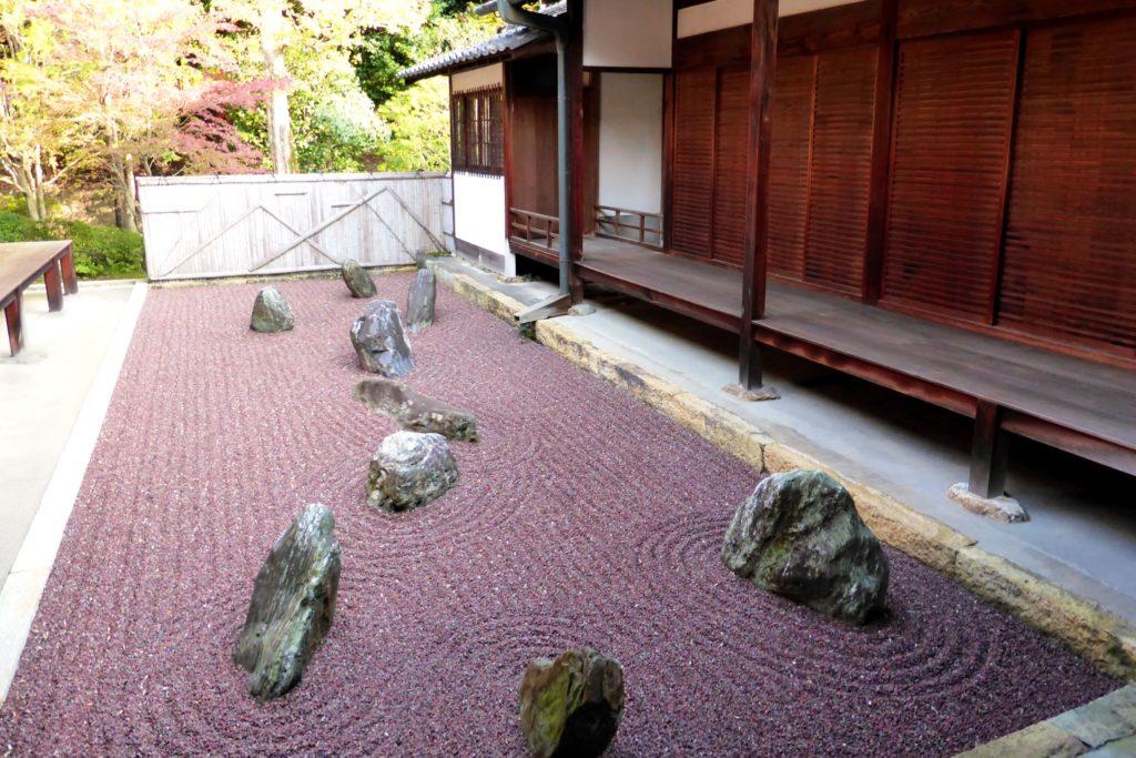 京都市東山区にある龍吟庵の庭園(秋・11月)