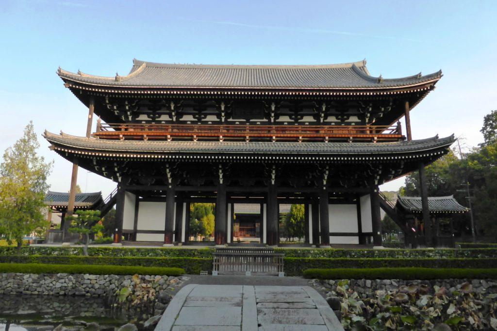 京都市東山区にある東福寺の三門(秋・11月)