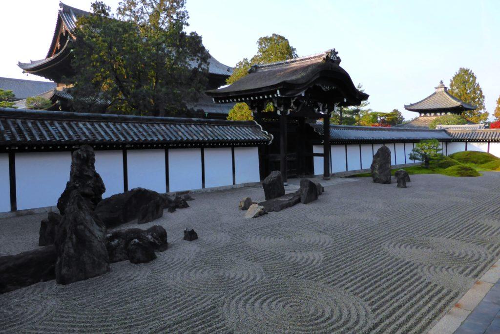 京都市東山区にある東福寺の南庭(秋・11月)
