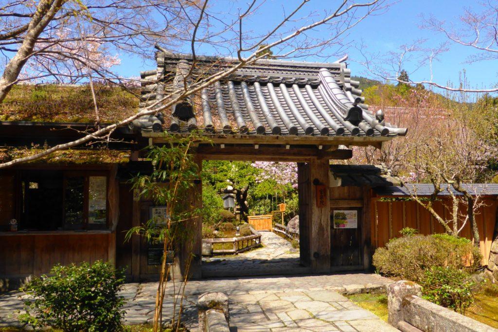 京都市左京区大原にある宝泉院の山門(春・4月)
