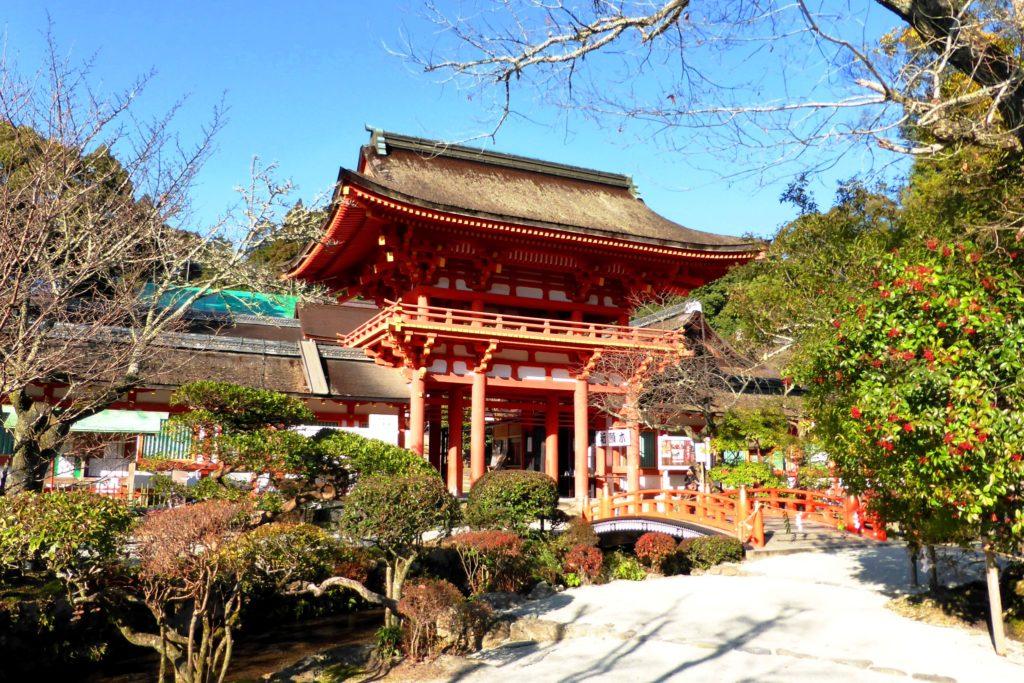 京都市北区にある上賀茂神社の楼門(冬・12月)