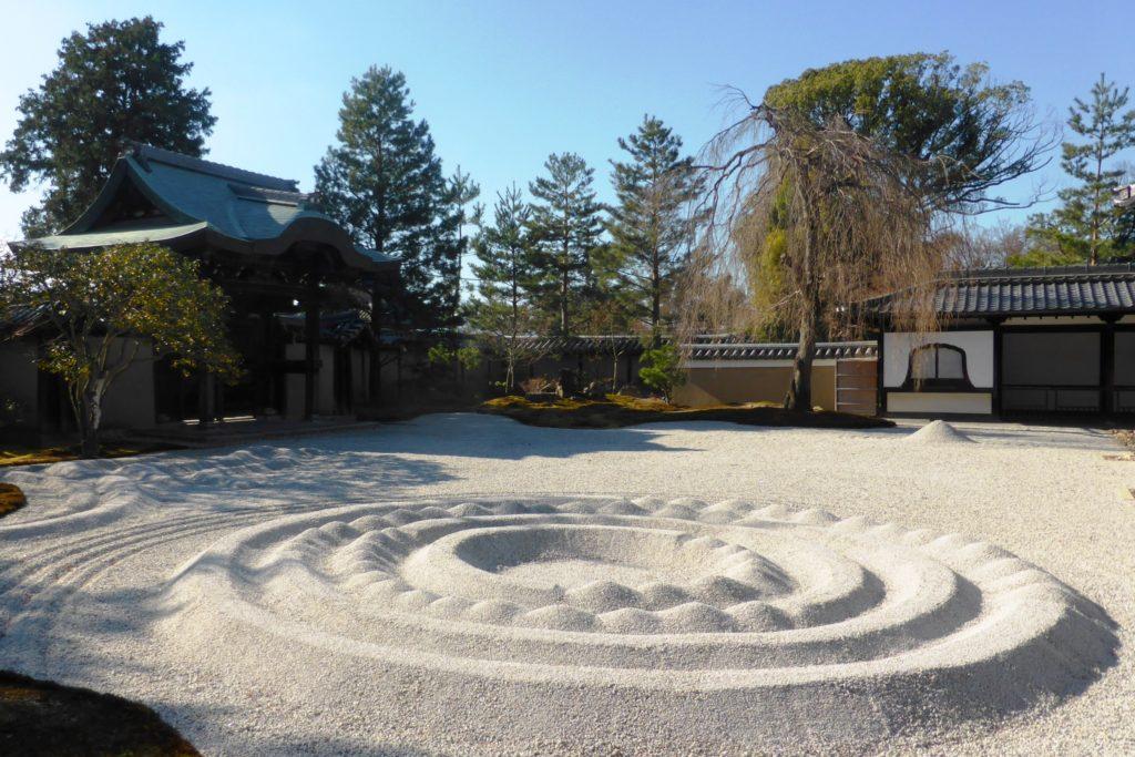 京都市東山区にある高台寺の方丈前庭(冬・12月)