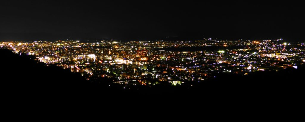 京都市山科区にある将軍塚青龍殿の大舞台から京都市内の夜景