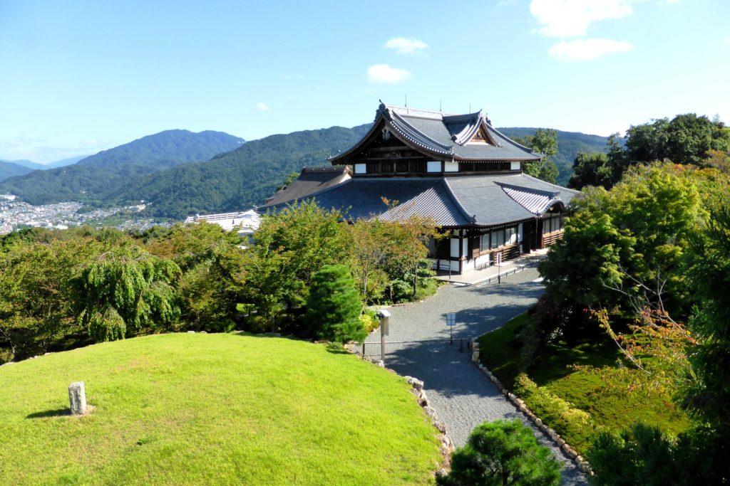 京都市山科区にある将軍塚青龍殿の境内