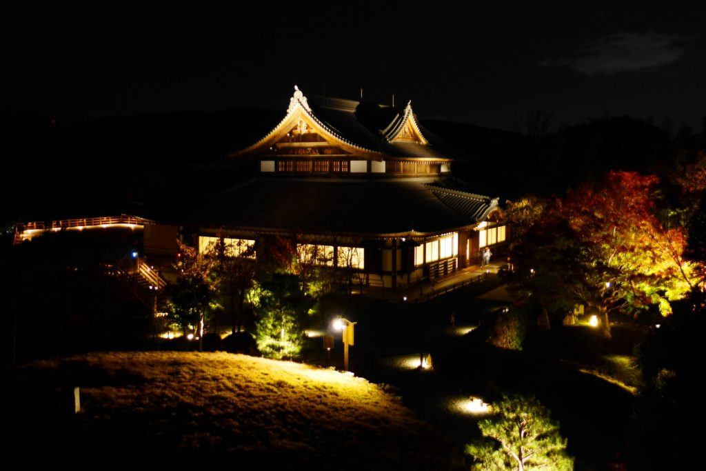 京都市山科区にある将軍塚青龍殿の境内のライトアップ(秋・11月)