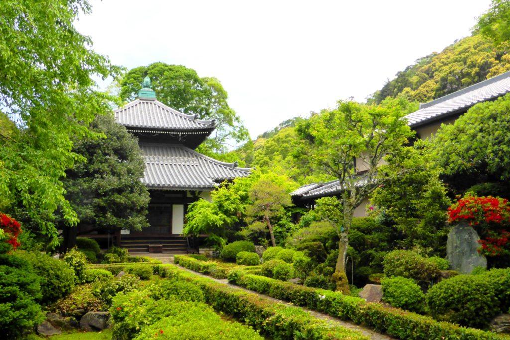 京都市左京区にある安楽寺の本堂(春・5月)