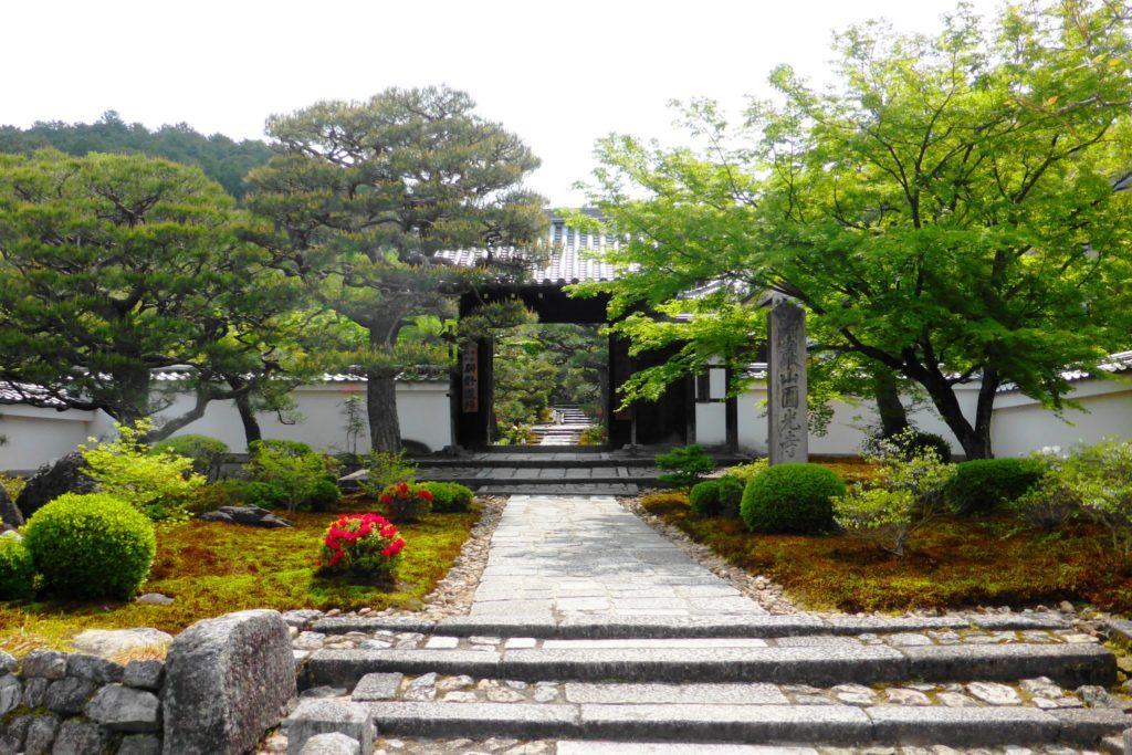 京都市左京区にある圓光寺の正門(春・5月)