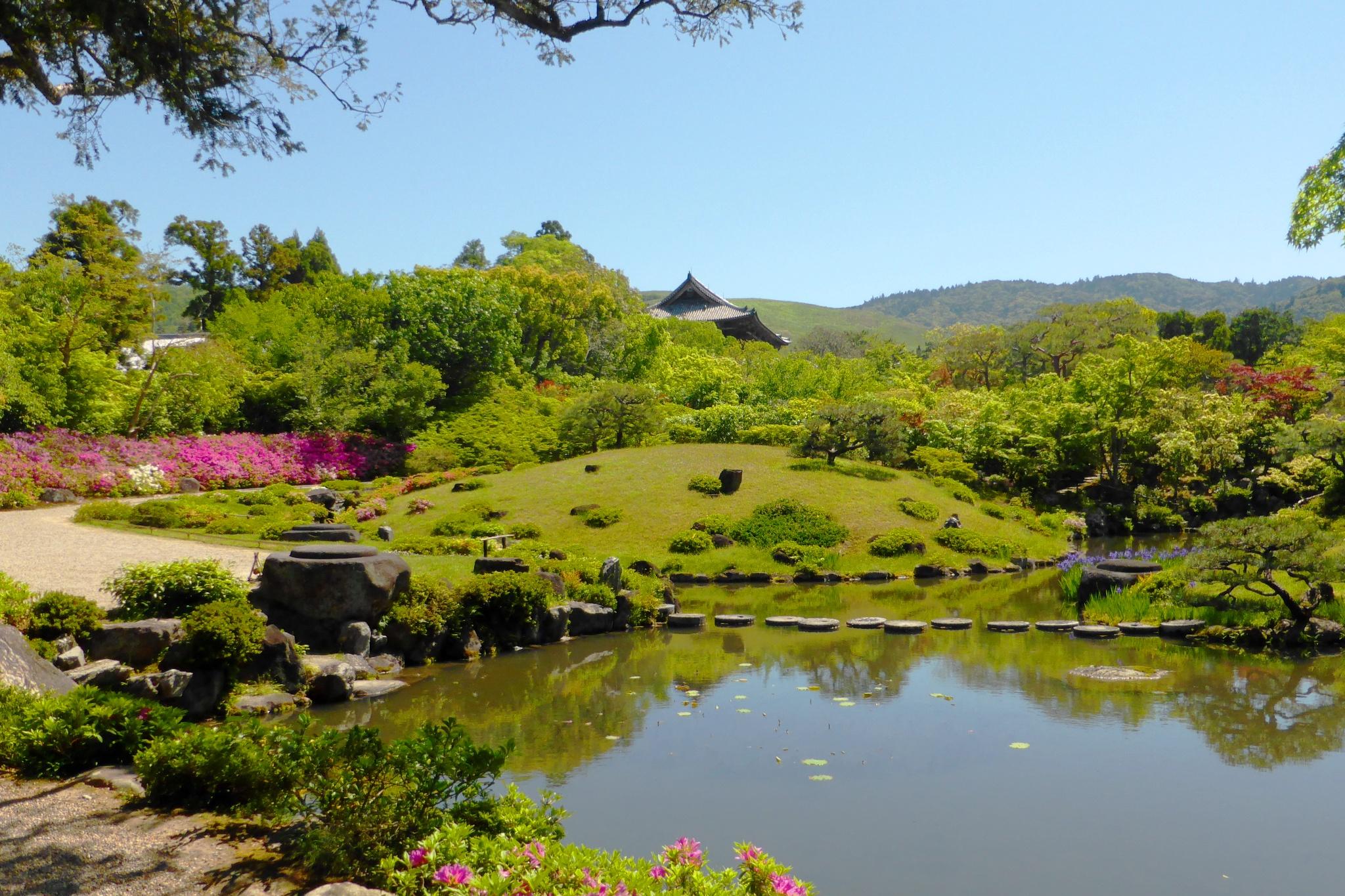 奈良市にある依水園の庭園とつつじ
