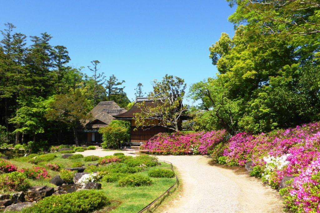 奈良市にある依水園の庭園とつつじ(春・5月)