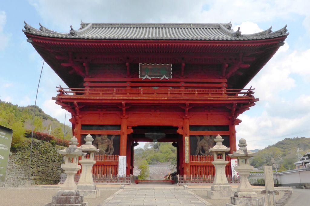 和歌山県紀の川市にある粉河寺の大門(春・4月)