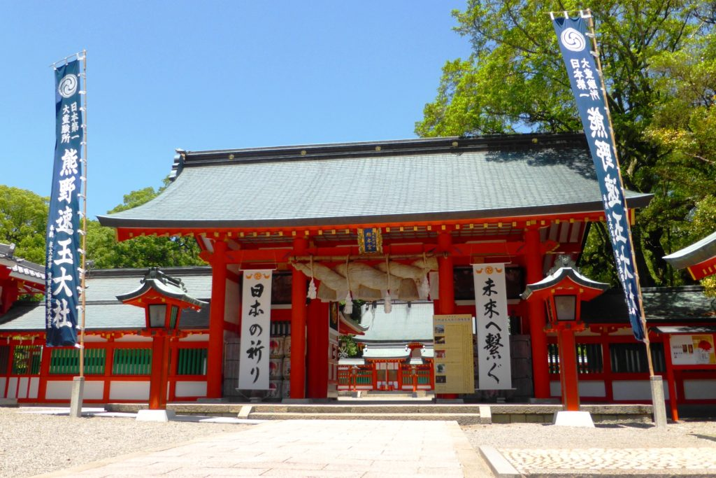 和歌山県新宮市にある熊野速玉大社の神門(春・5月)