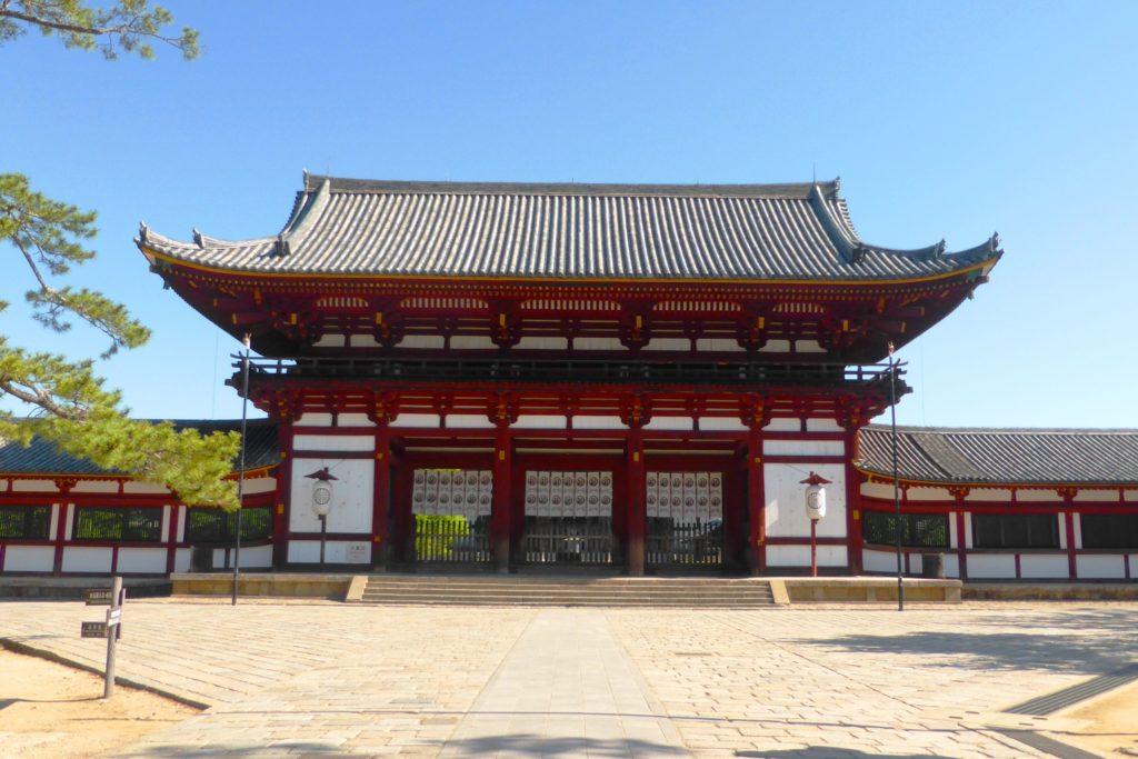 奈良市にある東大寺の中門(春・5月)
