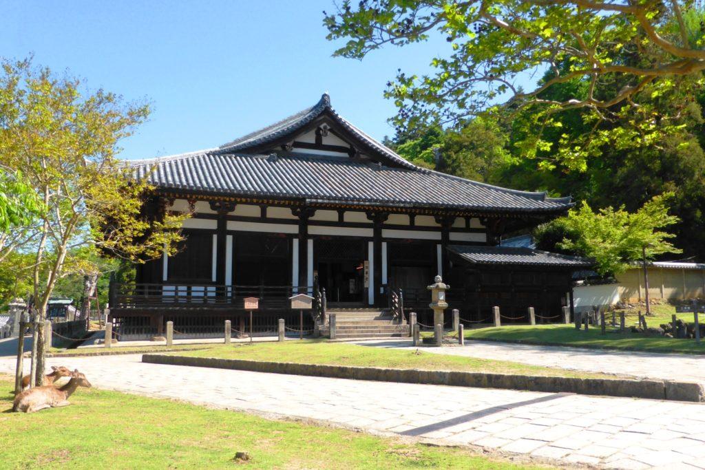 奈良市にある東大寺の法華堂(春・5月)
