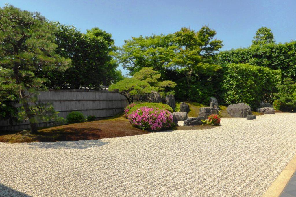 京都市北区にある興臨院の方丈庭園とさつき