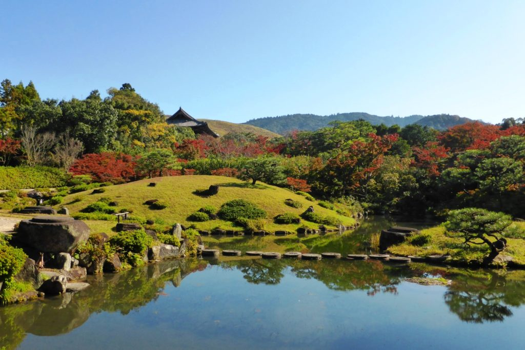 奈良市にある依水園の庭園と紅葉(秋・11月)